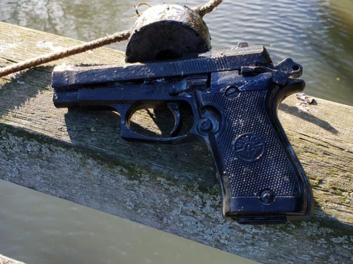 Magneetvisser Brian viste een pistool, munitie en volle kluis uit het water met magnetar magneet